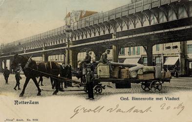 PBK-487 Gezicht op het spoorwegviaduct over de Binnenrotte, uit het zuiden. Op de voorgrond een sleperswagen.