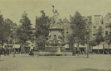 PBK-4885 Monument Maagd van Holland aan de Nieuwemarkt, uit het westen.