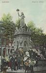 PBK-4901 Een groep jongelui voor het monument Maagd van Holland aan de Nieuwemarkt.