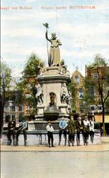 PBK-4904 Enkele jongelui bij het monument Maagd van Holland aan de Nieuwemarkt, gezien uit het westen.