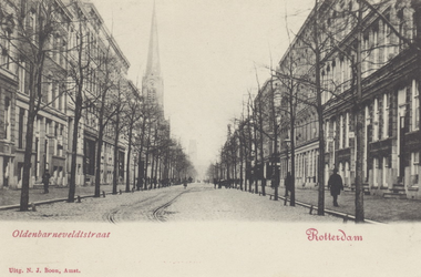PBK-5010 De Oldenbarneveltstraat, vanaf de Mauritsweg. Links de toren van de rooms-katholieke kerk het Allerheiligste ...