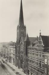 PBK-5013 Van Oldenbarneveltstraat met de Kerk van het Allerheiligst Hart van Jezus (Oldekerk), uit het oosten gezien.