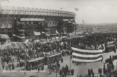 PBK-5024 Een grote groep mensen voor de ingang van het Feyenoord Stadion, tijdens de opening op 27 maart 1937.