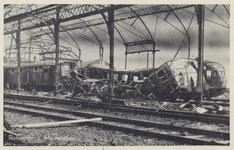 PBK-5074 Gezicht op de door het Duitse bombardement van 14 mei 1940 getroffen Maasstation aan de Oosterkade met een ...