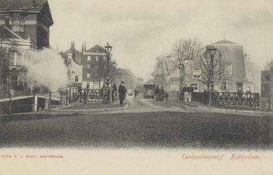 PBK-5106 Oostmolenwerf met rechts de afgeknotte molen de Roode Leeuw en links de Saint-Mary's Church. Op de achtergrond ...