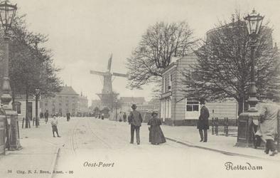 PBK-5107 Oostmolenwerf met rechts de afgeknotte molen de Roode Leeuw . Op de achtergrond molen de Noord aan het ...