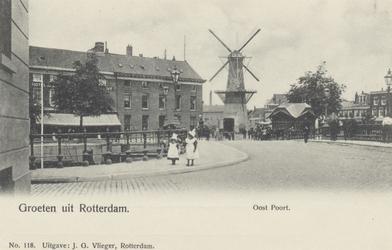 PBK-5109 Oostmolenwerf vanuit het zuiden, rechts de Admiraliteitskade. In het midden molen de Noord aan het Oostplein. ...