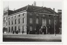 PBK-5132 De Marinierskazerne aan het Oostplein nummer 14, hoek Nieuwehaven, uit het zuidoosten. Links drukkerij Immig.