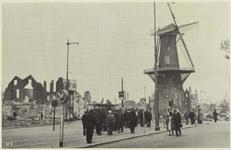 PBK-5164 Gezicht op het door het bombardement van 14 mei 1940 getroffen Oostplein. Bij molen De Noord die ongeschonden ...