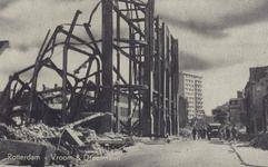 PBK-517 Gezicht op de door het Duitse bombardement van 14 mei 1940 getroffen Oude Binnenweg. Links het verwoeste pand ...