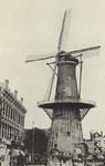 PBK-5177 Oostplein met molen De Noord, uit het zuiden. Links het pand van firma Heetman.