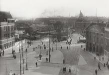 PBK-5181 Oostplein met links op nummer 24 de Amsterdamsche Bank en rechts het Marinierskazerne. Op de achtergrond het ...