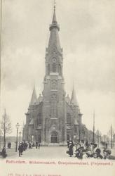 PBK-5260 Het frontaanzicht van de Wilhelminakerk aan de Oranjeboomstraat. Links de Perssoonsstraat.