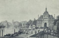 PBK-5366 Oudehaven met de Ooster Oude Hoofdpoort bij de Geldersekade, uit het zuiden. Op de achtergrond links, de toren ...