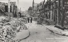 PBK-5407 Gezicht in de door het Duitse bombardement van 14 mei 1940 getroffen Pannekoekstraat, uit het noorden. Rechts ...