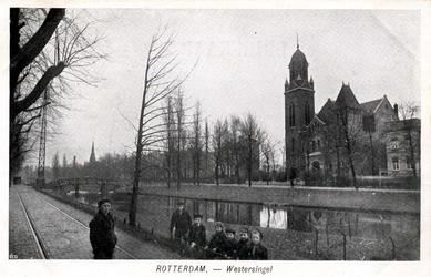 PBK-542 De Remonstrantse kerk aan het Museumpark gebouwd door architect Henri Evers. Op de voorgrond de Westersingel.