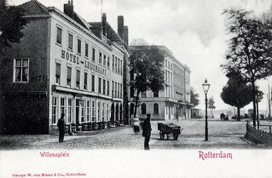 PBK-546 Gezicht op het Westplein, uit het noorden. Links hotel Leijgraaf op de hoek van de Houtlaan In het midden de ...