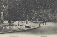 PBK-5508 Gezicht in het Park aan de Westzeedijk, ter hoogte van een brug. Op de achtergrond links het standbeeld van Tollens.
