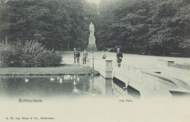 PBK-5520 Het standbeeld van Tollens in het Park aan de Westzeedijk. Rechts de brug.