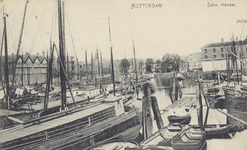 PBK-553 Gezicht op de Zalmhaven met voornamelijk binnenvaartschepen en sleepboten. Links aan de zuidzijde houthandel ...