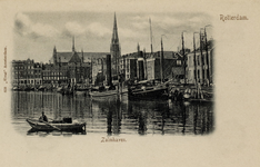 PBK-554 De noordzijde van de Zalmhaven. Boven de huizen van de Scheepstimmermanslaan is de Sint-Ignatiuskerk, die aan ...