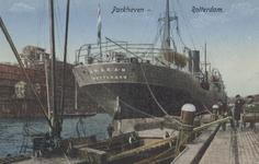 PBK-5544 Het schip de Arakan van de Rotterdamsche Lloyd en een binnenvaartschip liggen aangemeerd aan de kade van de ...