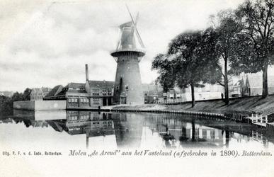 PBK-555 Schiedamse Vest vanuit het zuiden. In het midden molen de Arend, links ervan de zwem- en badinrichting aan de Baan.