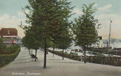 PBK-5576 De wandelpromenade in het westelijk deel van het Park. Links restaurant Bellevue, rechts de Parkkade.