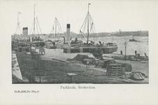 PBK-5611 Schepen liggen afgemeerd aan het aanlegsteiger van de Parkkade. Aan de overzijde van de Nieuwe Maas ligt ...