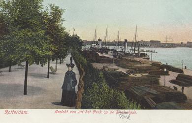 PBK-5617 Parkkade, vanaf de wandelpromenade aan het westelijk deel van het Park, links de heuvel. Op de achtergrond de ...