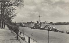 PBK-5628 Schepen liggen afgemeerd aan het aanlegsteiger van de Parkkade. Aan de overzijde van de Nieuwe Maas ligt ...