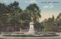 PBK-5663 Piet Heynsplein met het standbeeld van Piet Heyn. Achter het plantsoen bebouwing aan de westzijde.
