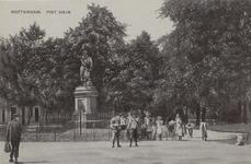 PBK-5664 Piet Heynsplein met het standbeeld van Piet Heyn. Op de achtergrond bebouwing aan westzijde.