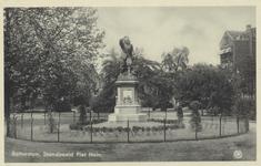 PBK-5665 Piet Heynsplein met het standbeeld van Piet Heyn. Op de achtergrond bebouwing aan westzijde.