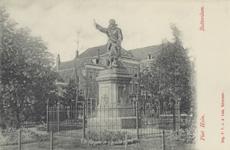 PBK-5666 Piet Heynsplein met het standbeeld van Piet Heyn. Op de achtergrond bebouwing aan westzijde.