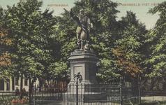 PBK-5668 Piet Heynsplein met het standbeeld van Piet Heyn. Op de achtergrond bebouwing aan westzijde.
