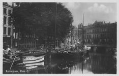 PBK-5723 Kolk met binnenvaartschepen, uit het noordwesten. Rechts op de achtergrond het verzamelgebouw Plan C, links ...