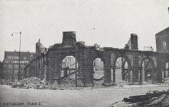 PBK-5727 Gezicht op de door het Duitse bombardement van 14 mei 1940 getroffen Oudehavenkade met Plan C en station ...