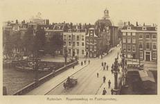 PBK-574 De Regentessebrug over de Wijnhaven vanuit het zuiden. De Posthoornsteeg aan de overkant van de brug. De ...