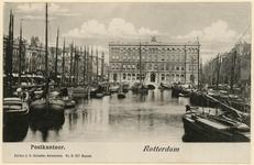 PBK-577 De Blaak vanuit het westen. Op de achtergrond het postkantoor aan het Beursplein. Kleine schepen konden onder ...