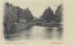 PBK-5770 Een sluisje met hoge brug, die de verbinding vormde van de binnenstad (rechts) met het zogenaamde ...