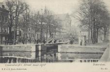 PBK-5771 Pompenburgsingel met een sluisje en een hoge brug, die de verbinding vormde van de binnenstad (rechts) met het ...