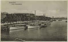 PBK-5801 Koningshaven met schepen van de Nederlandsche Stoombootrederij aan de kade. Op de achtergrond de Prins Hendrikkade.