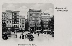 PBK-588 Grotemarkt met het standbeeld van Erasmus links, rechts de markt aan de zuidzijde. Het straatje in het midden ...