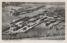 PBK-5984 Luchtopname van de Rijnhaven naar het Noordereiland gezien, uit het westen. Geheel onder: de loods San ...