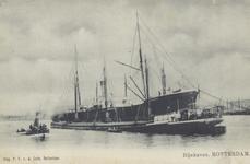 PBK-5987 Overslag van goederen bij een schip in de Rijnhaven.
