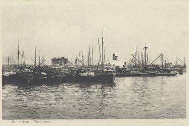 PBK-6007 Diverse schepen voor overslag van goederen in de Rijnhaven.