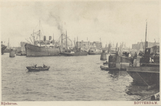PBK-6008 Diverse schepen in de Rijnhaven voor overslag van goederen.