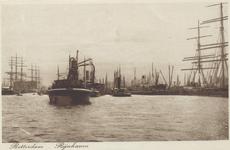 PBK-6009 Overslag van goederen met elevators bij schepen in de Rijnhaven.