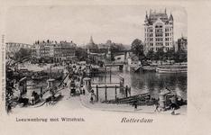 PBK-603 Verkeer op de Koningsbrug over de Oudehaven in de volksmond Vier Leeuwenbrug genoemd, op de achtergrond links ...